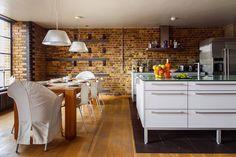 Casinha colorida: Home tour: com tijolos aparentes diferenciados