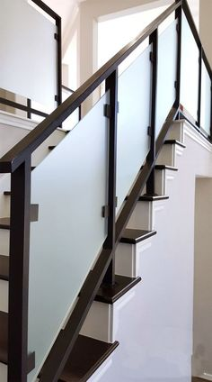 40 Perfect Staircase Railing Designs and Ideas Perfect-Staircase-Railing-Designs-and-Ideas Steel Stair Railing, Modern Stair Railing, Wrought Iron Stair Railing, Steel Stairs, Modern Stairs, Glass Balcony Railing, Balcony Railing Design, Glass Stairs, Staircase Design Modern