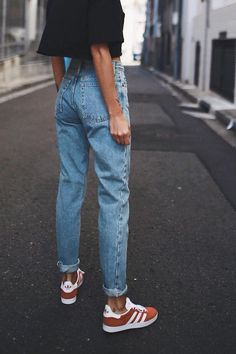 Consider your weekend outfit handled with a cropped t-shirt, high rise mom jeans, and sneakers #womenjeans