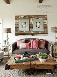 E que tal colocar as molduras de fotografias em cima de um painel de madeira envelhecida?  Não é fácil mas resulta num estilo muito loft!