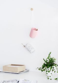 A clever DIY storage to organize your office, makeup, clothes, accessories and many more - Fashion And Hairstyle Homemade Furniture, Homemade Home Decor, Diy Home Decor, Pink Spray Paint, Diy Organisation, Organizing, Do It Yourself Inspiration, Pot A Crayon, Diy Hanging