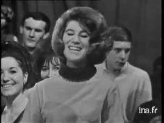 """SHEILA chante """"Vous le copains je ne vous oublierai jamais"""" arrivant à bord d'une Renault 4L et entourée d'un groupe de jeunes gens dansant."""
