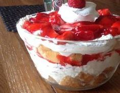Strawberry Angel Food Dessert, recipe, Crumble the cake into a inch dish.Beat the cream cheese and sugar in a medium bowl until light and fluffy. Fold in whipped topping. Mash the cake down with your hands and spread the cream cheese mixture over the ca. Strawberry Angel Food Cake, Angel Food Cake Desserts, Strawberry Trifle, Strawberry Desserts, Food Cakes, Strawberry Glaze, Strawberry Pudding, Strawberry Topping, Easy Summer Desserts