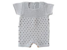 Trop chou cette combi pour bébé avec effet plumetis. Présentée dans le n° de mars 2011 d\'Enfant Magazine, elle est tricotée aux points jersey, mousse, fantaisie et jacquard.