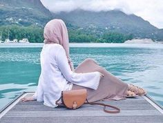 Find images and videos about hijab on We Heart It - the app to get lost in what you love. Islamic Fashion, Muslim Fashion, Modest Fashion, Fashion Muslimah, Abaya Fashion, Fashion Wear, Hijabi Girl, Girl Hijab, Beautiful Muslim Women