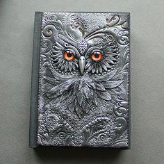 Esta artista letona crea a mano mágicas cubiertas de libros con arcilla polímera