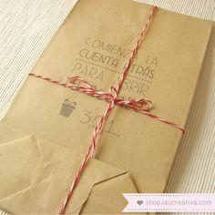 """Set de 5 bolsas kraft con mensajes divertidos. · """"Felicidades""""· """"Si parpadeas dos veces es que te gusta""""· """"Si tardas mucho en abrirlo me lo quedo""""· """"Espero que te guste""""· """"Comienza la cuenta atrás para abrir tu regalo""""Ideales para hacer"""