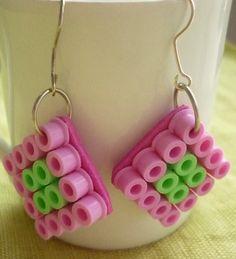Boucles d'oreilles carré en perles Hama. : Boucles d'oreille par laboiteabijouxnanny