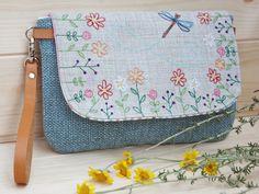 Piccola borsa da polso con pattina ricamata a tema floreale