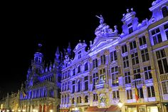 Brussels' sound and light show @ the Grand Place, highlighting the different architectural buildings, during Christmas time, from Nov 2013 - Jan 2014 Christmas In Europe, Christmas Time, Brussels Christmas, Travel General, Vintage Market, Empire State Building, Around The Worlds, Magic, 2013