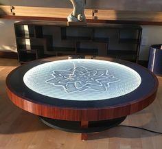 Uma mesa de café que utiliza ímãs para desenhar mandalas na areia.