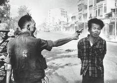 1968年 「Vietnam War (ベトナム戦争)」 1968年2月1日、南ベトナムの警察庁長官グエン・ゴク・ロアンがベトコンを処刑している「サイゴンでの処刑」と題された写真。