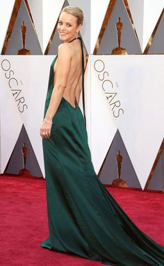 RACHEL MCADAMS in an August Getty Atelier halter gown with a daringly open back and flowy train, plus a Salvatore Ferragamo clutch and Stuart Weitzman heels. Oscar Gowns, Oscar Dresses, Evening Dresses, Prom Dresses, Beautiful Girl Image, Beautiful Gowns, Beautiful Outfits, Rachel Mcadams Hot, Sexy Green Dress