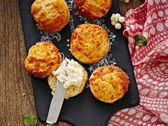 Skonssit maistuvat juustojen ja hillojen kera. Keitä seuraksi kupillinen teetä!
