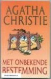 Met onbekende bestemming - Agatha Christie / De geleerde Thomas Betterton, die een uitvinding heeft gedaan die heel belangrijk is voor de moderne oorlogsvoering, is plotseling uit Engeland verdwenen. Werd hij ontvoerd of is hij uit vrjie wil vertrokken? Als Bettertons vrouw toestemming vraagt het land te mogen verlaten en naar Marokko vertrekt, wordt ze gevolgd. Haar vliegtuig verongelukt, maar ze vervolgt haar tocht tot het eind, dat - ook voor haar - heel anders is dan werd verwacht.