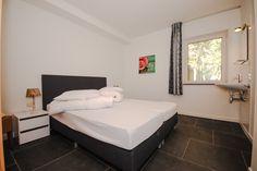 Appartement Kooiker Ameland - Slaapkamer 1 met twee losse Boxspring bedden. #Ameland #Kooiker #verhuur #genieten #appartement #kooikerverhuur http://kooiker-ameland.nl