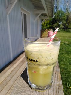 Exotik boost #ananas #maracuja #citron #menthe Au blender mixer 1 quart d ananas coupé en dés, 4 feuilles de menthe fraîches, le jus d un citron jaune, la pulpe d un fruit de la passion avec un grand verre d eau et quelques glaçons. Frais et gourmand !!