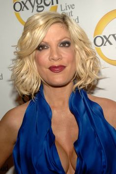 Celebrity Moms Who Admit To Having Breast Implants: Tori Spelling Celebrity Moms, Celebrity Gossip, Celebrity Hairstyles, Cool Hairstyles, Most Popular Tv Shows, A Line Haircut, Celebrity Plastic Surgery, Beverly Hills 90210, Star Wars
