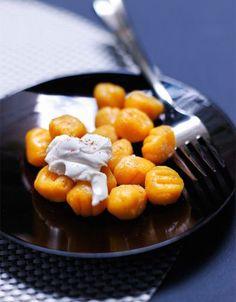 Recette Gnochetti de patate douce, sauce mascarpone : Pelez les patates douces, puis coupez-les en dés. Faites-les cuire 20 mn à la vapeur. Egouttez-les parfaitement puis réduisez-les en purée. Laissez refroidir complètement. Ajoutez la noix muscade, du sel, du poivre, le jaune d'œuf et la f...