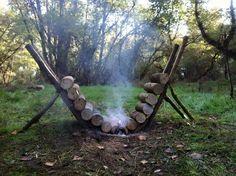 Un fuoco da campeggio che si autoalimenta