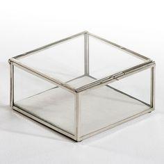 La boîte-vitrine Misia. Vide-poche, boîte à bijoux... une jolie boîte pour mettre à l'abri et en valeur ce qui vous est cher. Un produit de fabrication artisanale, assemblé à la main. Le plaisir de s'offrir un objet de décoration unique.Caractéristiques :En verre et métalDimensions :L20 x H10,5 x P20 cm.