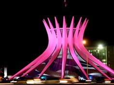 A Catedral Metropolitana de Brasília ganha iluminação rosa na campanha pela prevenção do câncer de mama.  (Foto: G1)