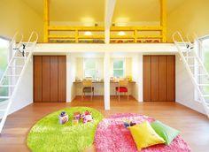 ロフトベッドで空間を有効活用して広々遊べ、将来は独立した2室にも分けられる2ドアの洋室。