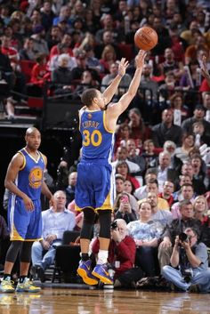 Stephen Curry sets record for most 3-pointers in a single season at 272
