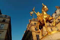La Statue de Jeanne d'Arc - Située Place des Pyramides à Paris  (à proximité de la rue de Rivoli),  cette statue équestre représentant  Jeanne d'Arc a été érigée en 1889  par le sculpteur francais Emmanuel  Fremiet (elle remplace une statue  plus ancienne créée en 1874).