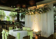 Dekorasi rangkaian bunga meja akad dan pelaminan yang simple dan elegant