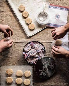 Receta tradicional de polvorones caseros, típicos sevillanos, con almendra molida, manteca de cerdo y harina tostada. Con proceso paso a paso y fotos