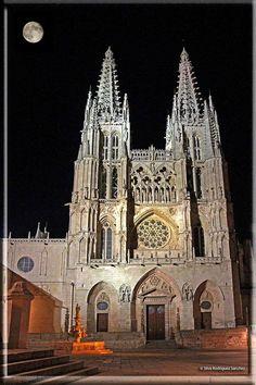 La luna y la Catedral de Burgos por SilviaRSPhotos http://www.flickr.com/photos/lady_laris/