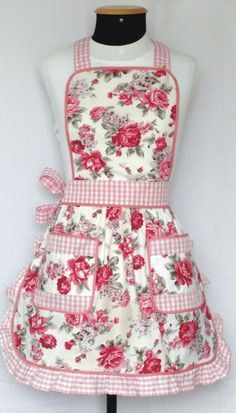 avental Casa com Grife! I am so going to make this with an added ruffle on the bibLove the gingham and floral combination on this apronRose print with ruffled gingham trim ~This apron illustrates how pink is actually light red.Love this rosie apron! Cute Aprons, Sewing Aprons, Apron Designs, Kitchen Aprons, Aprons Vintage, Sewing Hacks, Dressmaking, Sewing Patterns, Retro Apron Patterns