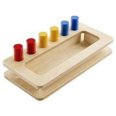 Caja de madera para insertar 6 cilindros de colores rojo, amarillo y azul. La caja contiene una zona con agujeros para insertar los cilindros y otro compartimento amplio donde almacenarlos. Este material de la metodología Montessori es perfecto para comenzar con la manipulación de piezas, reforzar la coordinación mano ojo y la motricidad fina de los niños más pequeños. Además, gracias al manejo de los cubos, se fomenta el agarre en pinza con los dedos. Más adelante, se pueden enseñar a los…