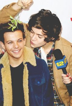 Harry & Louis under the mistletoe haha