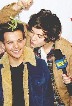 Harry & Louis under the mistletoe haha