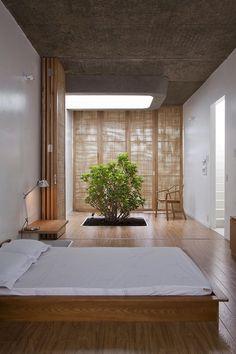 árbol decorativo en el dormitorio al estilo minimalista
