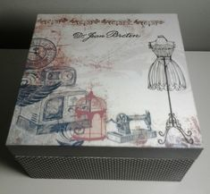 Caixa de costura de mdf com divisórias pintada e trabalhada com decoupage de pagronagem poá nas laterais e papel de scrap estilizado na tampa.  Uma peça cheia de charme e personalidade.