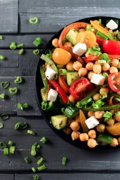 Greek Chickpea Salad - This Greek Salad has a certain balance that comes from… Greek Chickpea Salad, Greek Salad, Quinoa, Healthy Salads, Healthy Eating, Healthy Recipes, Healthy Food, Simple Salads, Chickpea Recipes