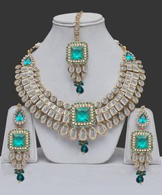 Emeralds, diamonds and pearls adorn this parure. Holy Smokes Batman, Beautiful!!