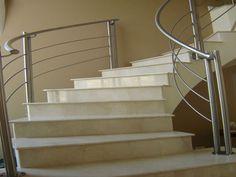 Escada de Granito branco em curva, com guarda corpo em aço inox