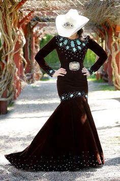 Crushed velvet with turquoise rodeo queen dress. Crushed velvet with turquoise rodeo queen dress. I would never wear it, but I certainly appreciate Estilo Cowgirl, Cowgirl Chic, Western Chic, Cowgirl Style, Gypsy Cowgirl, Cowgirl Tuff, Cowgirl Bling, Country Western Dresses, Country Girls Outfits