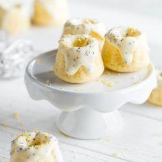 Kleine Geschmackskunstwerke: Buttermilch macht den zitronigen Teig extra zart; die Glasur aus Mohn und weißer Schokolade lässt Herzen höher schlagen.