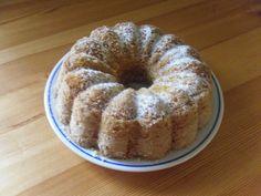 Vejce vyklepneme do mísy, přilijeme olej, cukr a kůru. Ušleháme. Poté přisypeme pudingy a nakonec kypřící prášek.   Pečeme ve vymazené a moukou... Bagel, Doughnut, Oatmeal, Muffin, Bread, Breakfast, Food, Meal, Brot