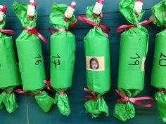 CALENDARI D'ADVENT - Material: tubs de cartrò, paper, cintes, pinces decoratives, retolador, tisores, cola, fotografies alumnes, element sorpresa - Nivell: P3 INF 2015/16 Escola Pia Balmes