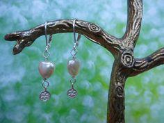 Lieve oorbelletjes met glasparel hartje en zilveren hangertje met verzilverd haakje