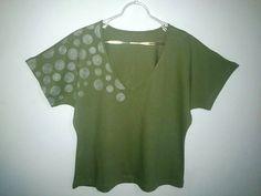 Camisa Verde Musgo Pintada à Mão Livre <br>Gola V <br>!00% Algodão <br>Malha penteada <br>Tamanho Único (38 à 42)