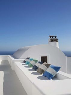 Blue sky in Greece / banquette au soleil en Grèce | More photos http://petitlien.fr/decomediterraneenne