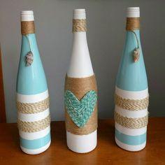 tres botellas decoradas con hilo de cañamo, botellas en blanco, azul y beige, interesante idea para decorar la casa con materiales reciclados