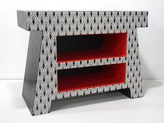 Table de nuit en carton gainée de simili cuir, d'efalin et de papier fantaisie. Réalisé par Anne